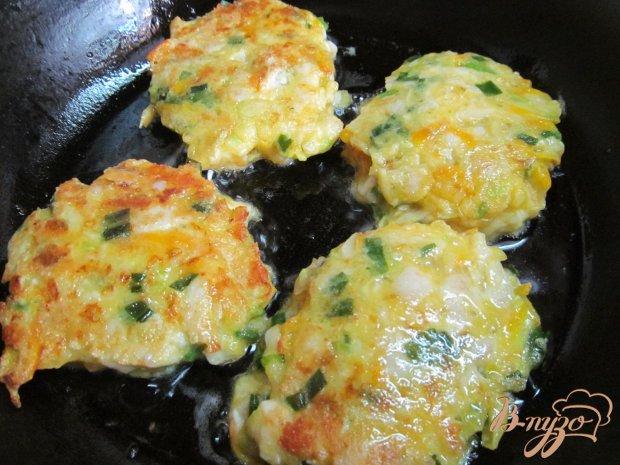 Курица с кабачками и помидорами на сковороде