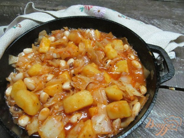 тушеная картошка с капустой и курицей в кастрюле