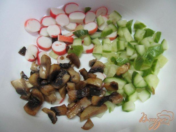 Лук и грибы переложить на сковороду с маслом, подсолить и прожарить.