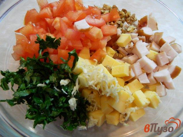 Луковицу нарезать полукольцами, перец нарезать соломкой, зеленый лук и капусту нашинковать, курицу нарезать кубиками.